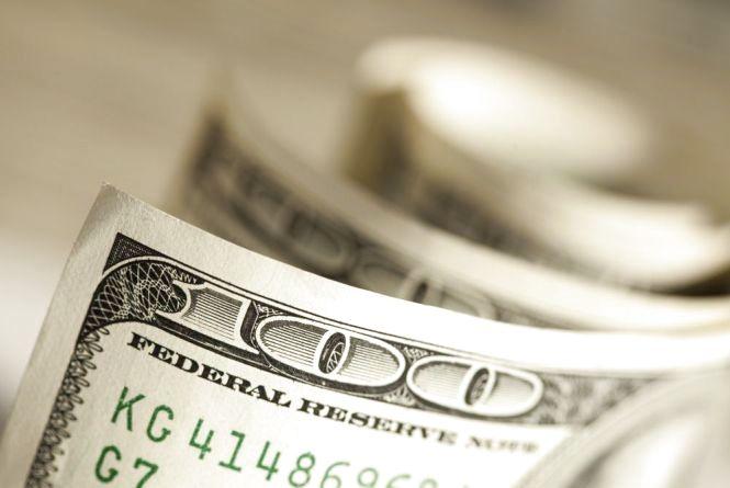 Власниця весільного салону розміняла 50 грн на 300 доларів і 100 євро
