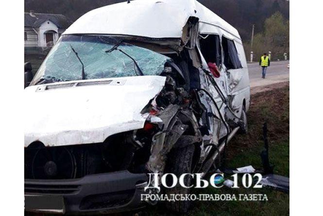 На Тернопільщині мікроавтобус з пасажирами повертався з Польщі і потрапив під вантажівку