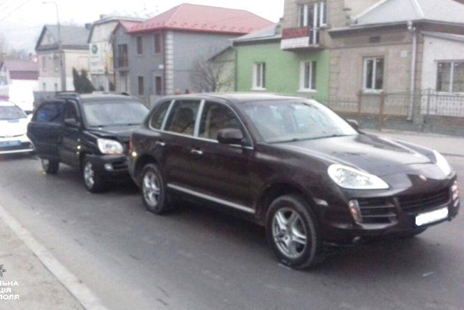 """КІА врізався в дорогий Porsche Cayenne біля """"шостого"""" магазину"""