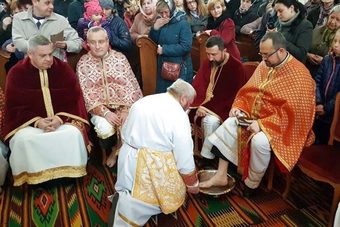 Митрополит Василій омив ноги священикам