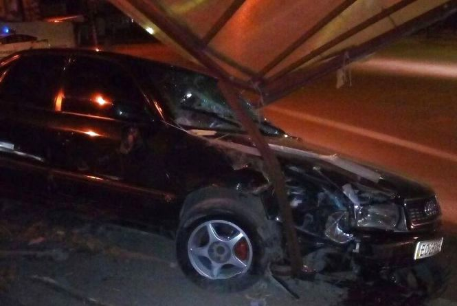 """П'яний водій """"Ауді"""" в'їхав в рекламний щит та побив своє авто"""