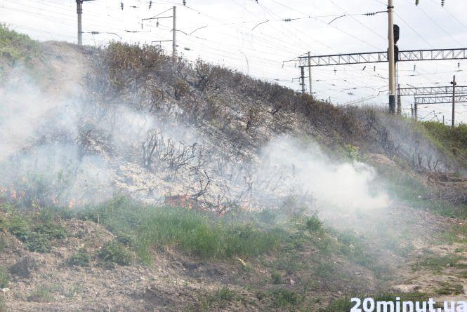 Пожежники просять людей не спалювати суху траву