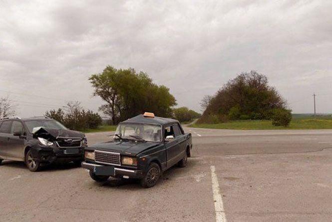 Таксист порушив ПДР і спричинив аварію. Пасажирка з численними травмами в лікарні