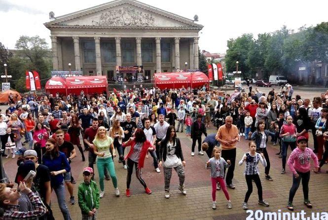 """Латинські танці просто неба: тернополяни """"відриваються"""" на повну (ВІДЕО)"""