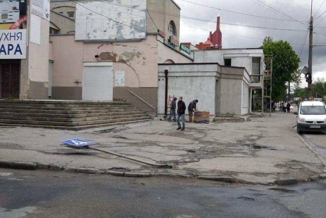 """Фото дня: На """"Східному"""" впав дорожній знак"""