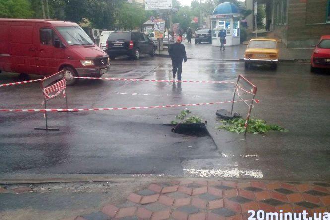 На Шептицького знову провалився асфальт (ОНОВЛЕНО)