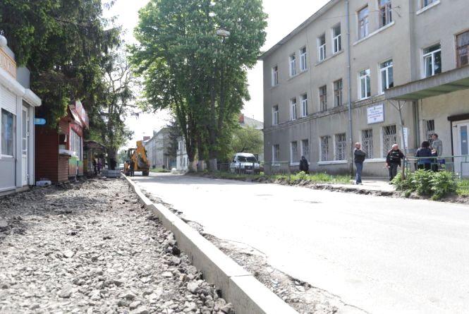 Розширять дорогу до обласної лікарні на вулиці Клінічна