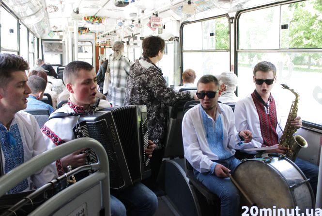 День вишиванки по-тернопільськи: концерт в тролейбусі (ВІДЕО)