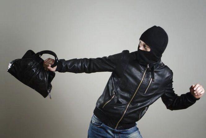 Молодий тернополянин викрав залишену без нагляду сумку з грошима