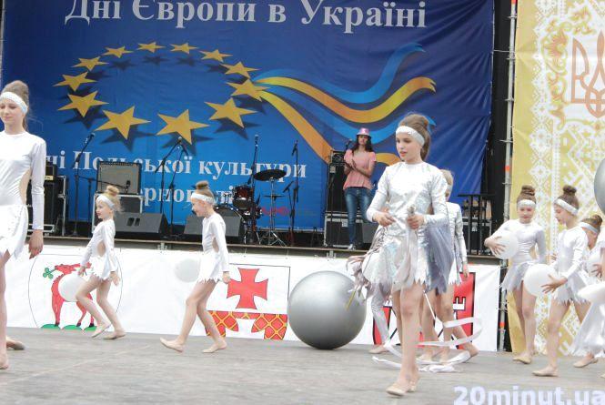 На Театральному майдані танці та співи. Святкують Дні Європи