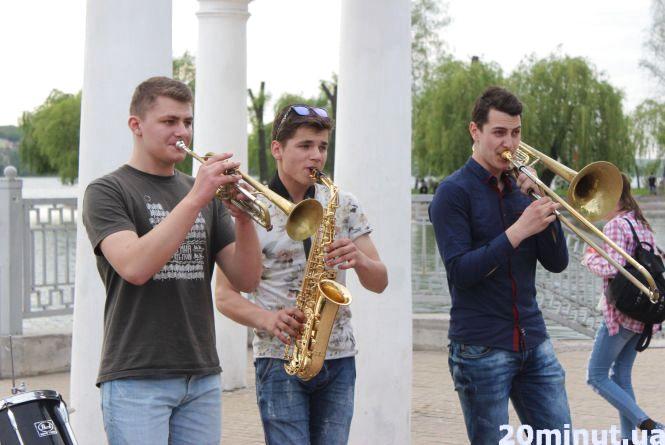 Відео дня: в парку Шевченка студенти розважають перехожих