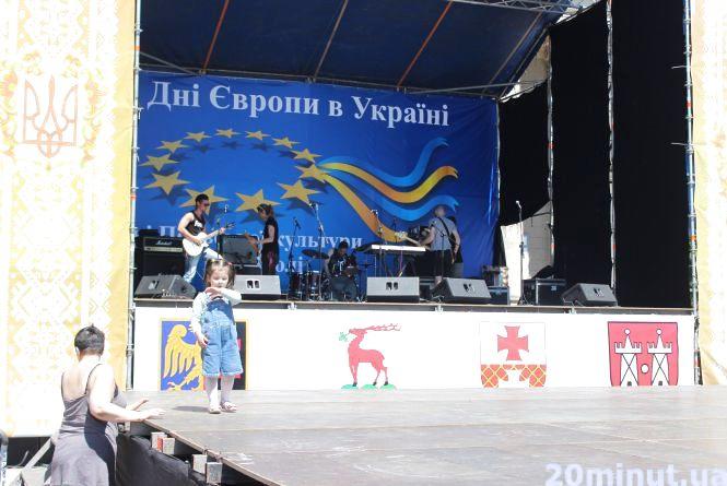Фото дня: На Театралці готуються до відкриття Днів Європи
