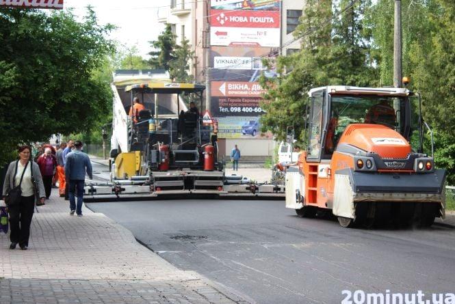 На Шашкевича кладуть асфальт. Частину вулиці перекрили до вечора