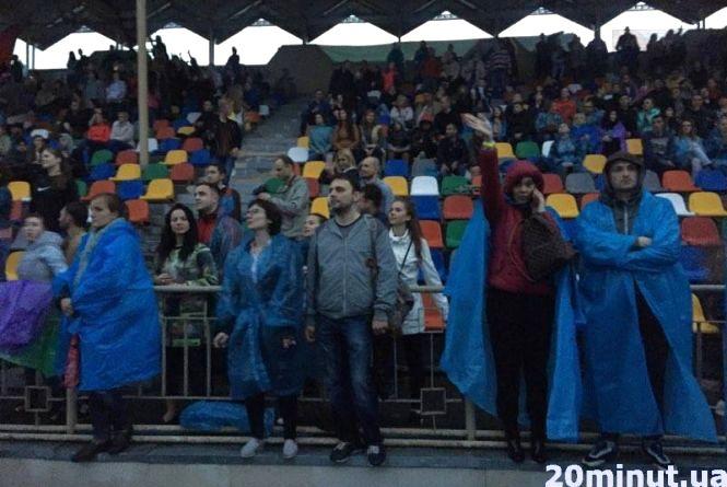 """Тернополяни в дощовиках збиралися на концерт """"Океану Ельзи"""""""