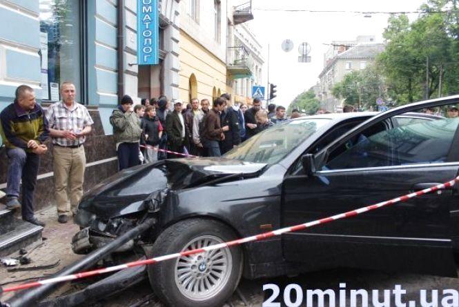 Водій BMW утікав від таксиста, тому збив студентку