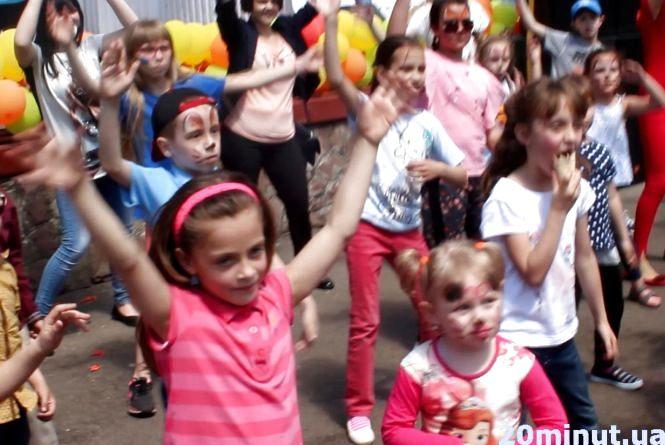 Відео дня: маленьким тернополянам організували флешмоб у парку Шевченка