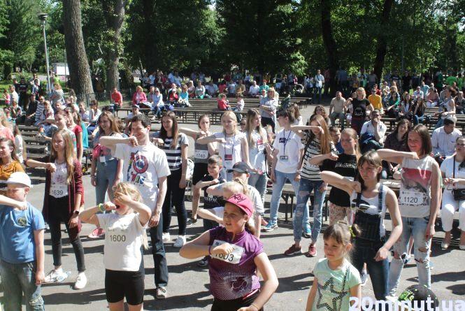 Дітвора у парку Шевченка шаленіє від латиноамериканських танців (ВІДЕО)