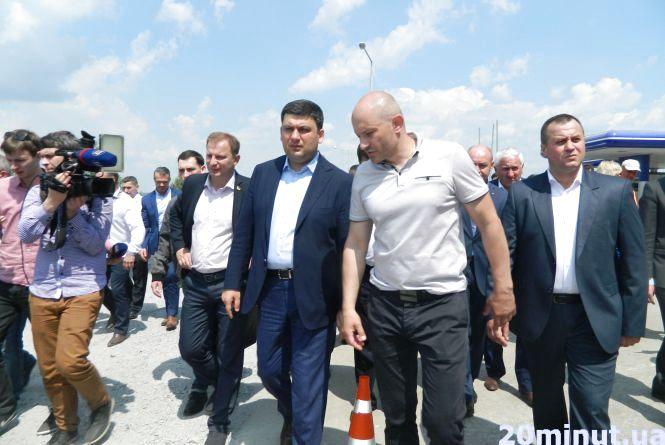 Гройсман зі свитою перевірив, як кладуть асфальт на Тернопільщині