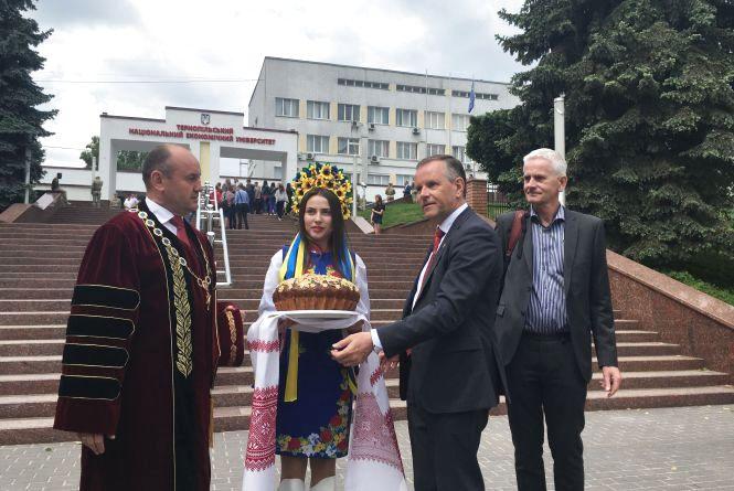 Посол Норвегії вручив дипломи військовим у Тернополі