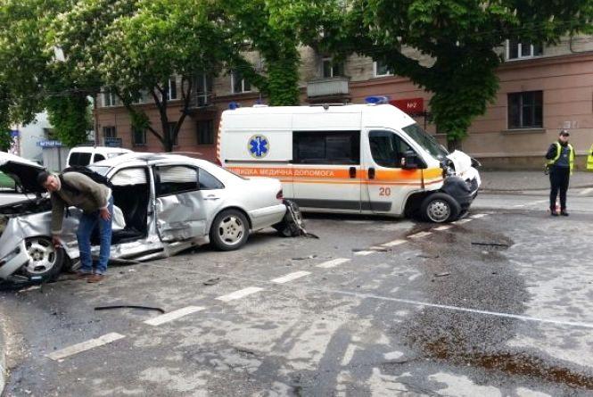 Аварія зі швидкою: водія іномарки виписали з лікарні. Лікується ще один медик