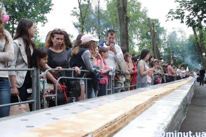 Тернопіль готується побити рекорд Львова з найдовшого торта (ВІДЕО)