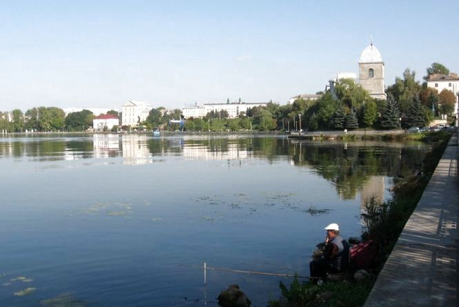 В Тернопільському ставі знайшли аміак, свинець та багато солі