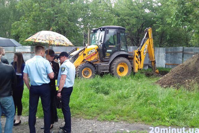 На Петлюри почали будівництво готелю. Розлючені мешканці проломали паркан