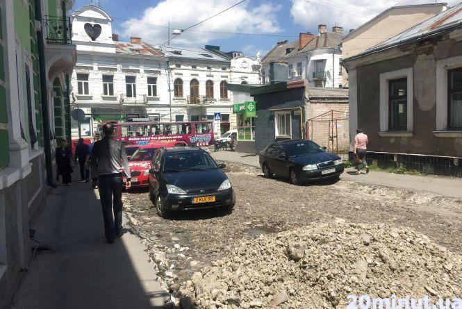 Ремонт дороги в центрі ще не завершився, а на ній вже паркуються