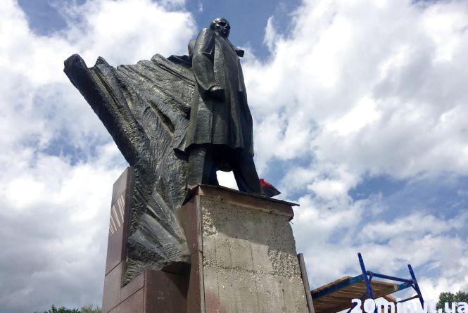 Фото дня: ремонтують пам'ятник Степану Бандері