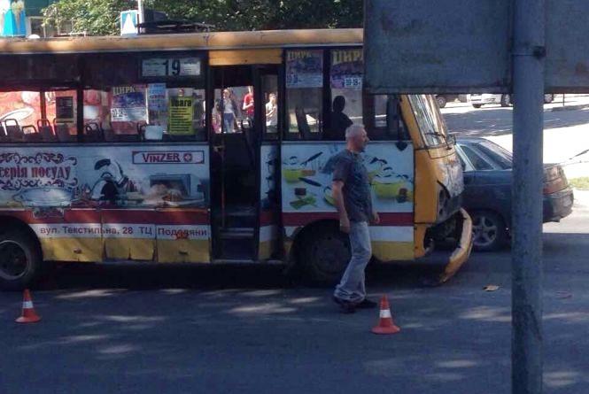 ДТП на Злуки: маршрутка в'їхала в таксі