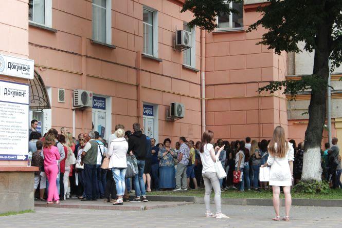 Щоб зайняти чергу на виготовлення біометричного паспорту, люди приходять в п'ятій ранку