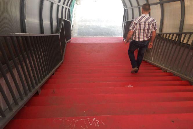 Міст-тунель щойно відкрили, а на ньому вже пишуть матюки