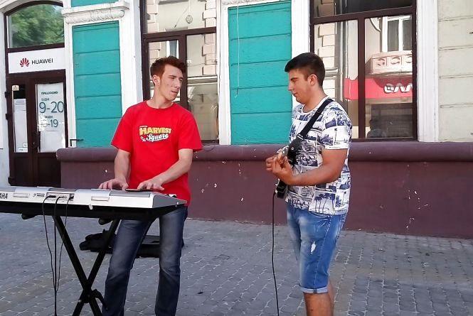 """Відео дня: виконують """"Файне місто Тернопіль"""" для туристів"""