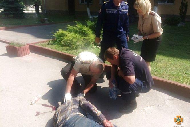 """На """"Східному"""" чоловік впав на тротуар і травмував голову"""
