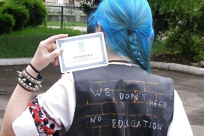 Блакитноволоса випускниця Галина Чубата пішла проти системи