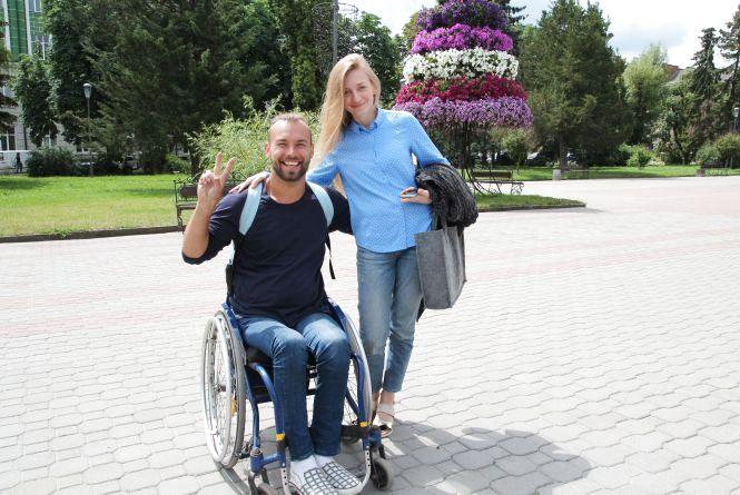 Дмитро Щебетюк на інвалідному візку подорожує Україною майже безкоштовно