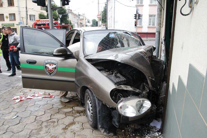"""Автомобіль охоронної фірми врізався у магазин """"Сім-23"""": є постраждалі"""