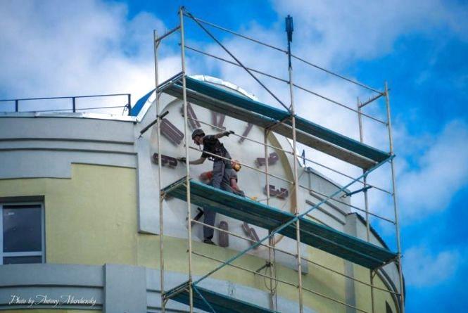 У Тернополі встановили найбільший в Україні годинник на житловому будинку