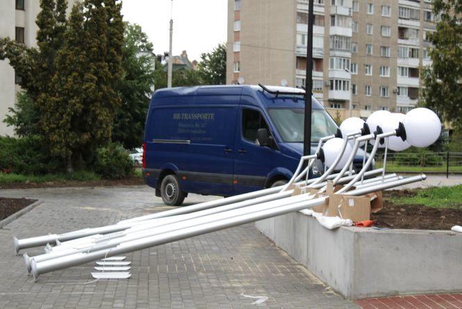 Фото дня: у парку Шевченка встановлюють нові вуличні ліхтарі