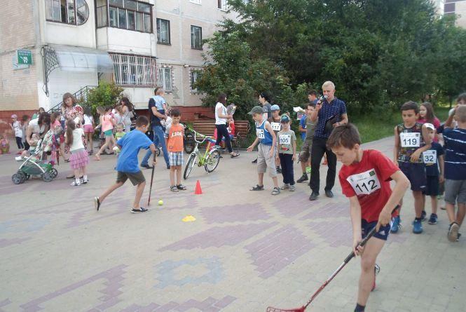 Як влітку діти разом з батьками можуть розважатись на спортмайданчику біля будинку