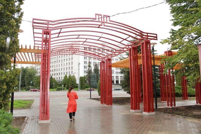 При вході у парк Шевченка встановили червону перголу майже за 1 млн грн