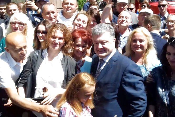Петро Порошенко на Театралці переступив стрічку і пішов до людей