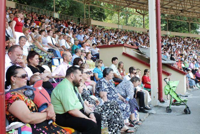 На стадіоні конгрес Свідків Єгови: зібралось кілька тисяч людей