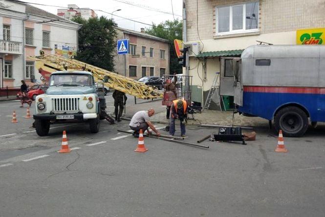 Фото дня: комунальники ремонтують світлофор після вчорашньої грози