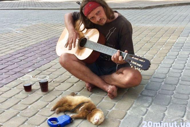 Вуличний музикант з тхором Яріком гастролюють у Тернополі