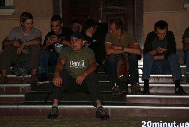 Під міськрадою зібралися активісти, планують палити торф (ОНОВЛЕНО)