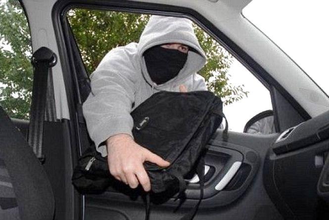 У тернополянина із автомобіля вкрали 50000 гривень