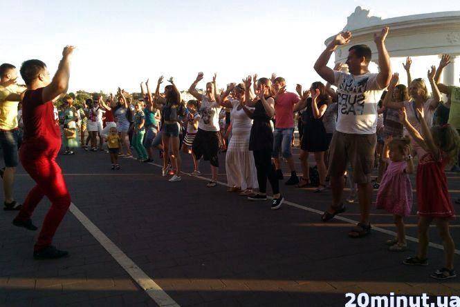 Тернополяни  без комплексів танцювали сальсу на Набережній ставу