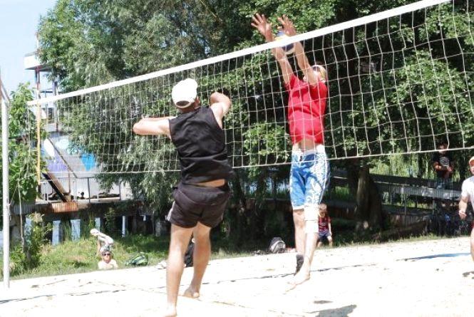 У пляжному волейболі змагались аматори і професіонали
