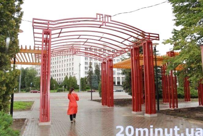 У міській раді кажуть, що пергола у парку коштує трохи більше 300 тис грн, а не мільйон